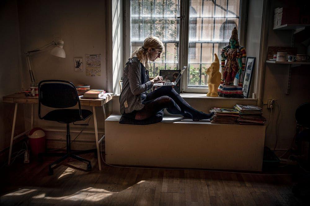 Matilda Gustavsson om kulturjournalistik:»När jag upptäckte den, som tonåring, blev jag kär i hela formen. Jag kände direkt att jag fattade den sortens text. Och jag ville tvingas ut, tvingas vara i rörelse.« Här i frilanslokalen på Kungsholmen. Foto: Casper Hedberg
