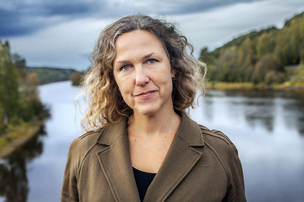 Augustprisvinnaren Marit Kapla skrattar åt Erik Andersson, lånar av Selma Lagerlöf. Här är hennes liv i böcker.