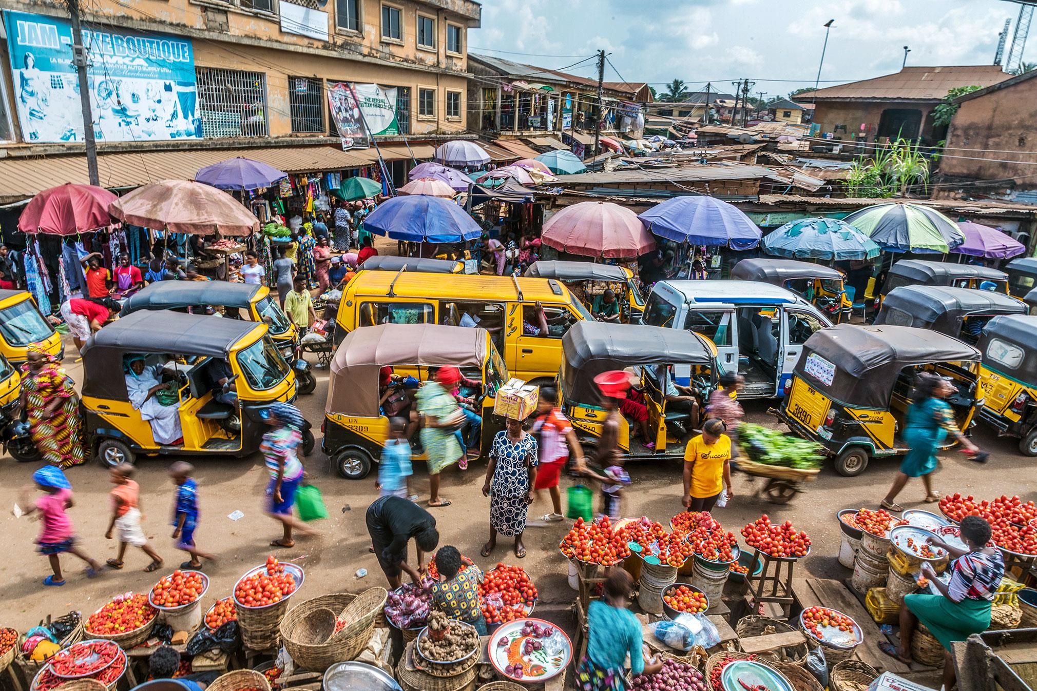 Chimamanda Ngozi Adichie uppmanar eleverna att skriva »vanliga historier om vanliga människor«. Som dem på en marknad i Awka.