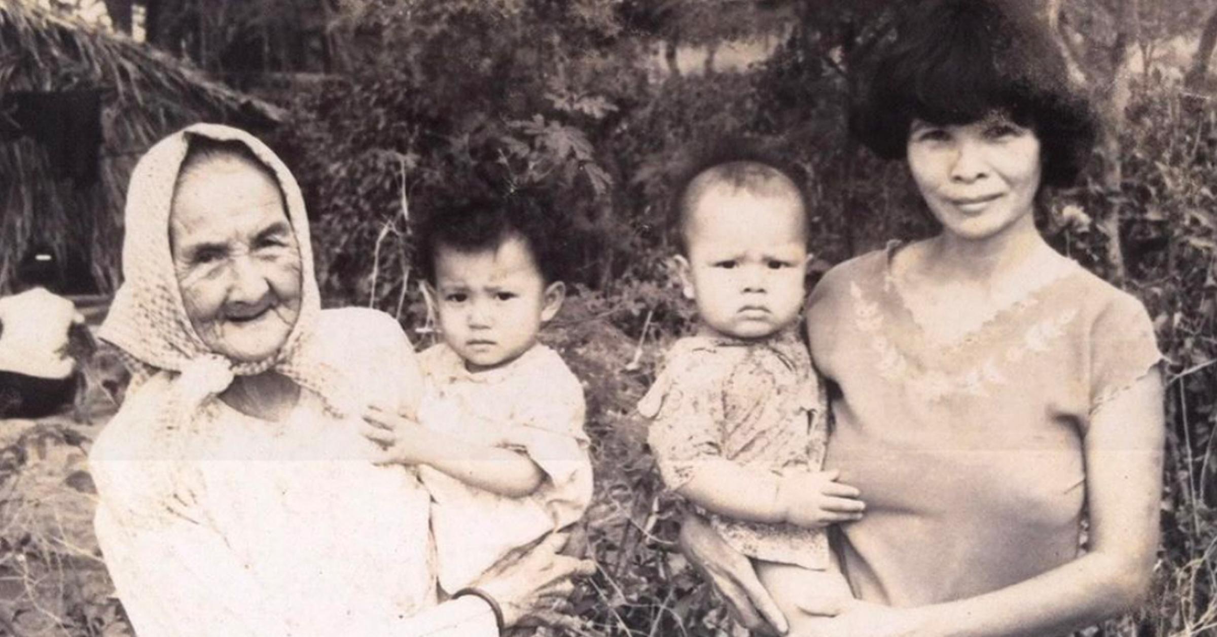Ocean Vuong tillsammans med sin gammelmormor Bùi Thi Dong och mormor Lê Thi Bảy.