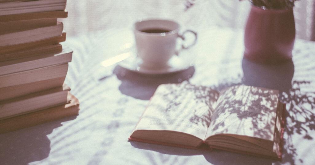 Böcker och en kopp kaffe