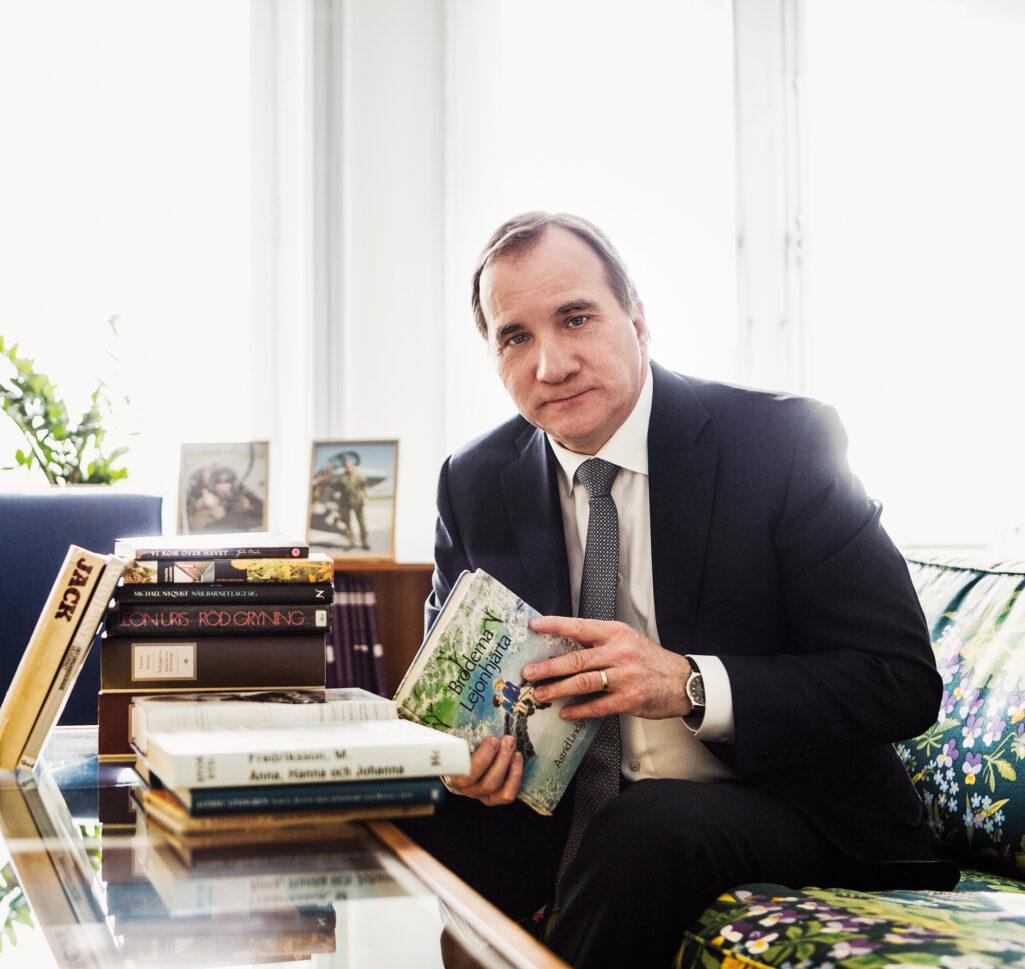 Stefan Löfven med böcker, 2015.